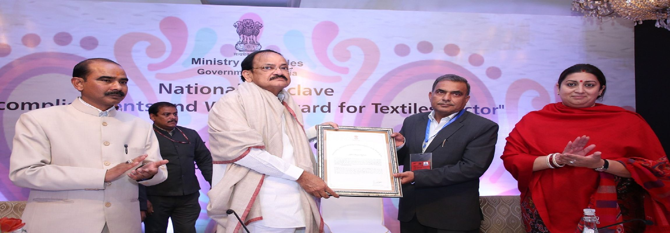image of Shri Iliyas Khan, Sr. Assistant Director Receiving Award 'Thread of Excellence' from Hon'ble Vice President of India.